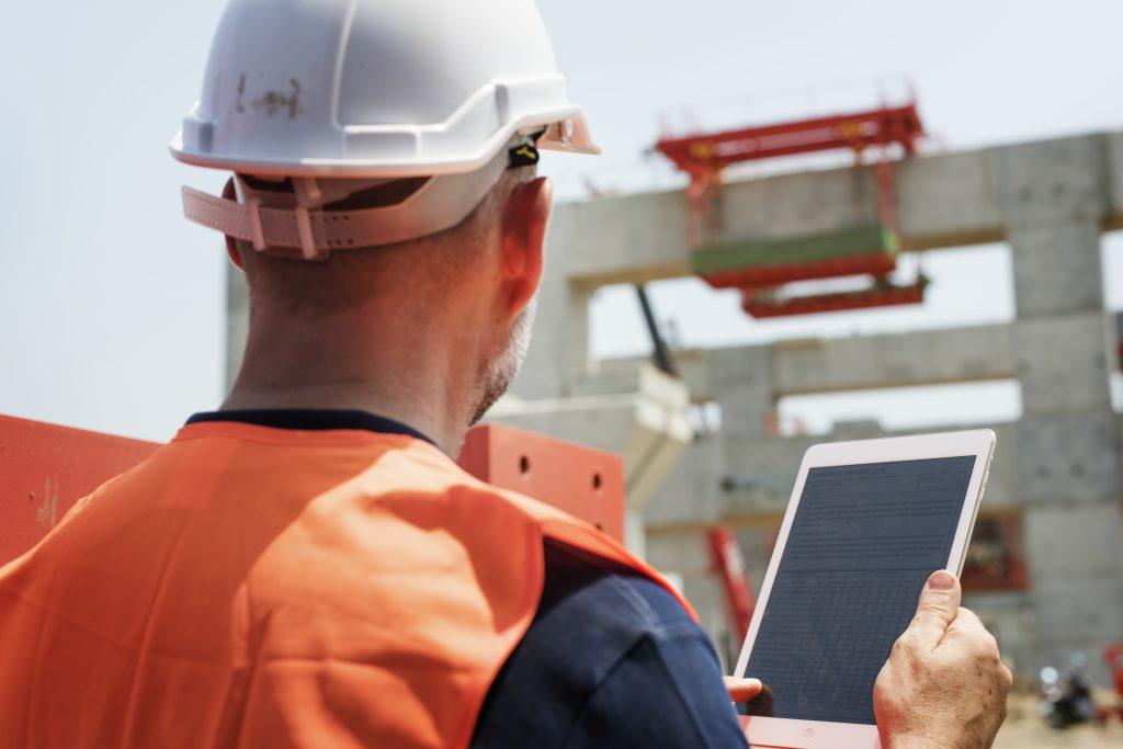 Flink2Go - Bauarbeiter mit Tablet